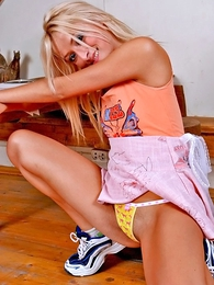 Thongs pics - Jolly blondie strips to untreasure the brush pussy debouchure